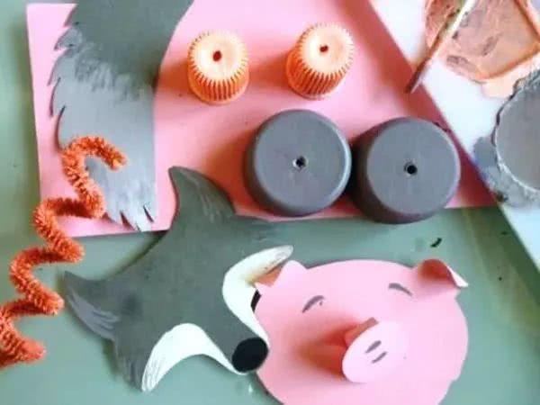 带上你的小狗玩具, 和小伙伴们一起玩吧。 提线小人偶玩具 通心粉可真是个好东东, 不仅仅是美食,还可以派上很多用途 看这次,它变成了什么? 准备材料: 管状通心粉若干、黑线、绒铁丝、小木珠、剪刀。 制作步骤: 用线将通心粉和绒铁丝串连在一起, 构成小人的骨架和四肢。 用卡纸剪出小人的衣服, 绒球做装饰。 给小人做出帽子, 在木珠上画出小人偶的五官及表情。 将头部和两支胳膊用线连接在木棒上, 让小人偶扭动起来吧! 提线西方木偶玩具 西方拼贴?东方木偶? 没错,今天我们就是要把这两种玩法 结合起来 寻找家中的