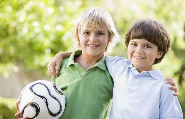 1.身体和运动技巧 在华德福的幼儿园中,充满着带有韵律性的作息时间,更具特色的是孩子可以尽情的玩耍和嬉戏,过家家(所有的物品也都是纯天然无伤害的)。正因为孩子们可以尽情的玩耍,让孩子们在游戏中学会了如何去专注的做一件事情,也在游戏中,充分锻炼的大小肌肉群,为将来的书写做了充分的准备。灵巧且目标清楚的游戏运动能力也可以让孩子获得良好的语言能力。因此,华德福幼儿园特别重视孩子各方面的运动发展,比如圆圈游戏,手指谣、手工、画画、木工和泥塑等。因此,如果您可以在孩子入学前,与孩子做一些游戏,比如手指谣,翻绳,弹