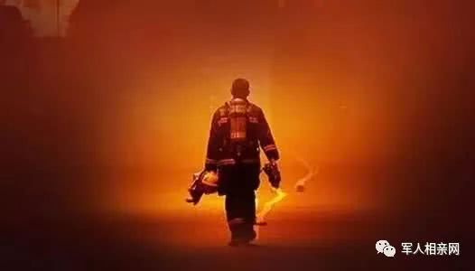 火灾中消防员逆行的背影