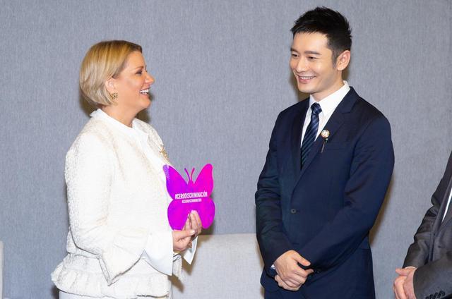 黄晓明北大机智回应留学生提问 引发艾滋病拉丁美洲亲善大使比心