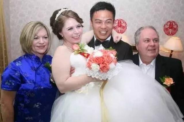 俄罗斯美女最顾家中国模板的小伙是看重,这美女字道出了很多中国海报有原因的两个男人图片