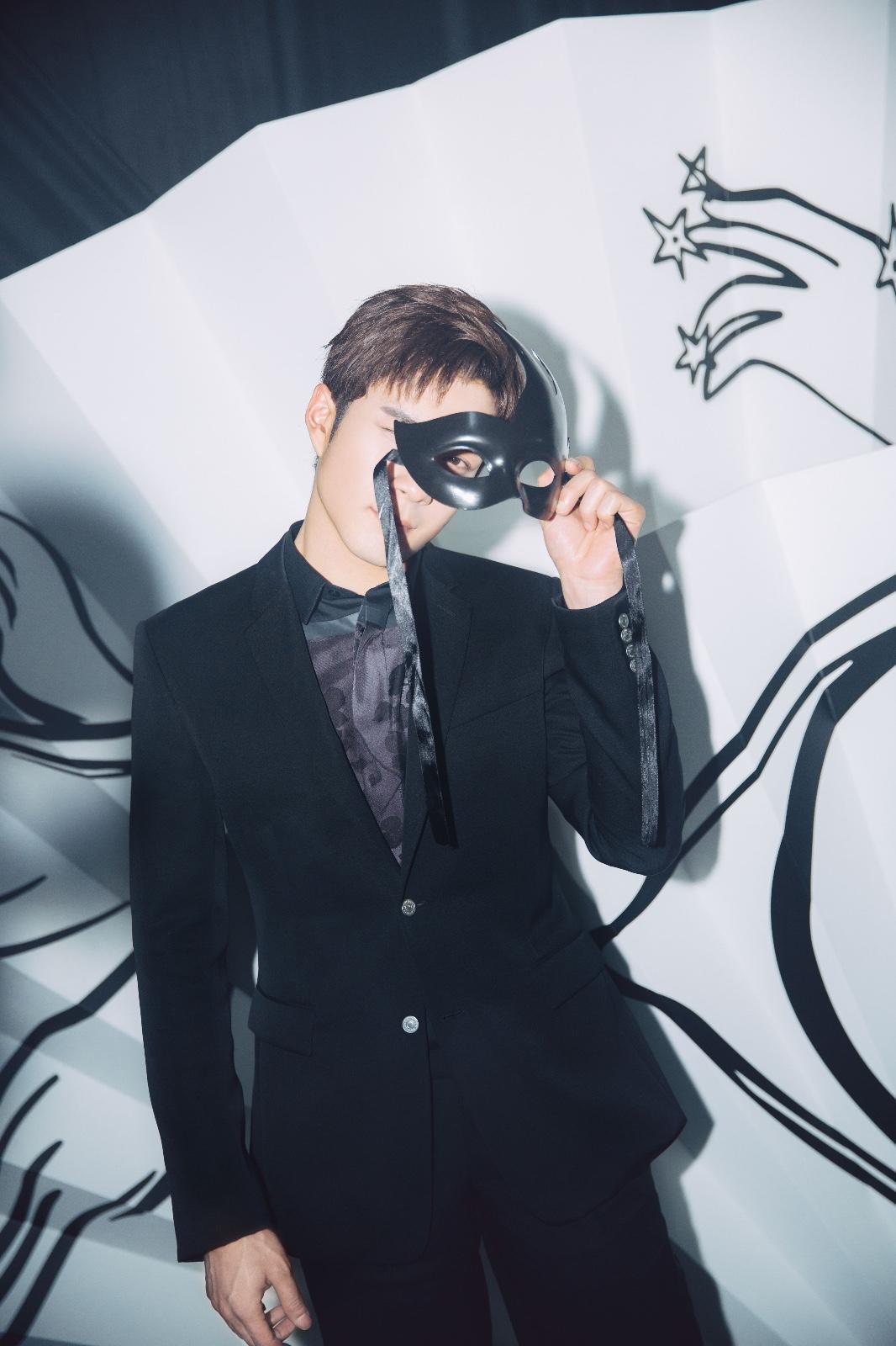 韩东君化身夜礼服假面 俊朗贵气展型男魅力