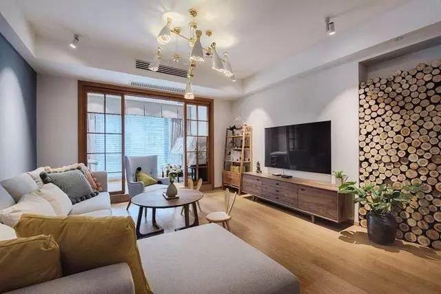 134㎡北欧复式装修,电视墙竟然是一堆木桩,淳朴自然又