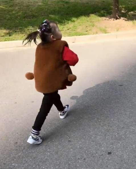 日小女孩的屄_3岁小女孩每天的日常自己装义肢, 努力学习坚强的模样逼哭网友