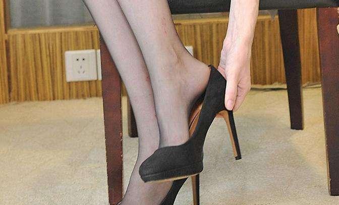 街拍时尚: 美女丝袜搭配高跟鞋, 真的可以征服全世界