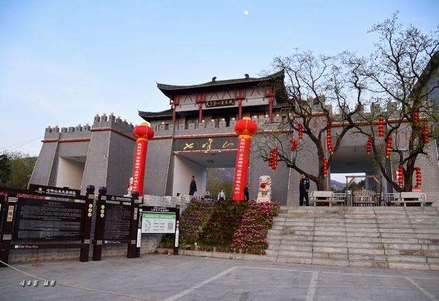 七峰山水上乐园位于七峰山生态旅游区风景旖旎的游步道内.