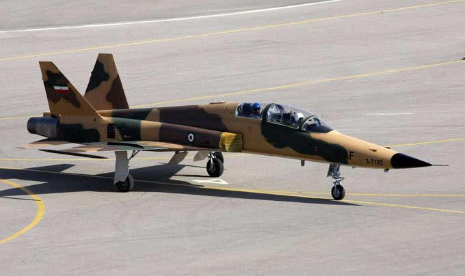空中传来一声巨响!一架美制战机坠毁在伊朗境内,飞行员当场丧生