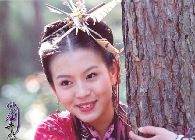 之前刘品言出演《仙剑》的阿奴,当时她还未成年,但身上很有气场,后面图片