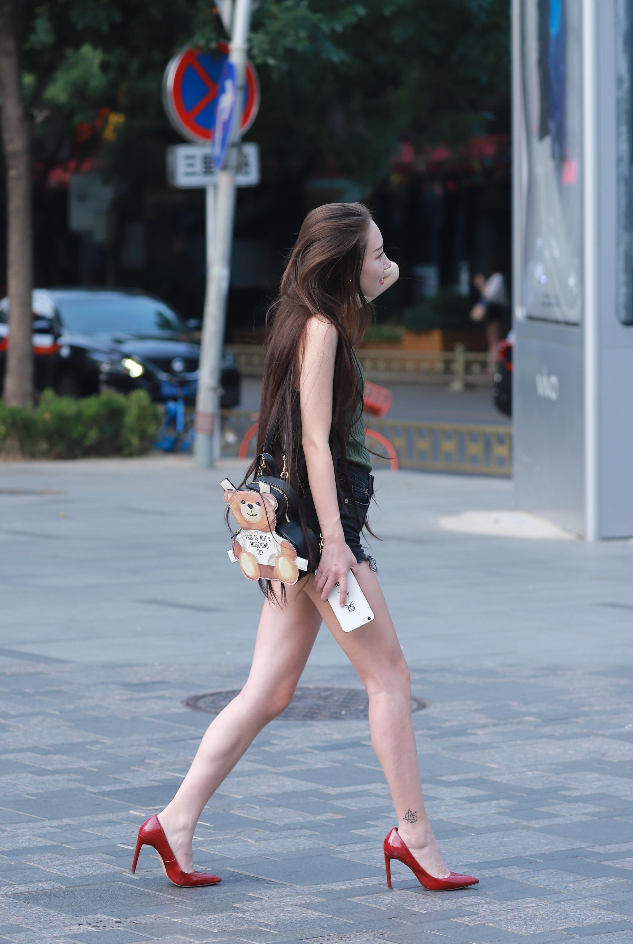 街拍:逛街时遇到一位披肩长发,红色高跟鞋的长腿姑娘图片