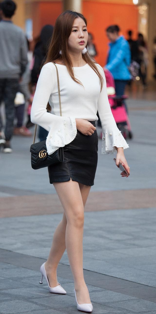 时尚街拍:黑与白的经典搭配,百搭色,小姐姐甩头发的样子真好看