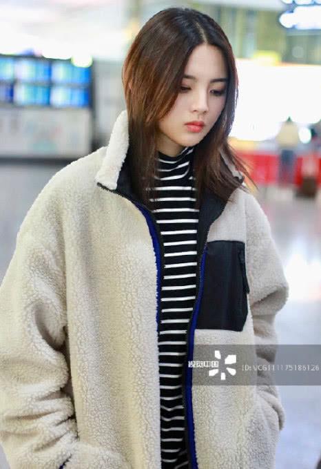 视觉中国下的明星机场照,秦岚甜美,杨超越美的高级,她