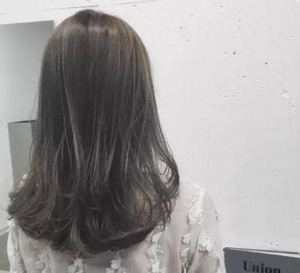 今年流行黑灰色头发怎么染?雾黑灰色头发图片大全