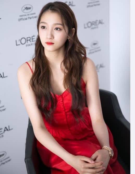 关晓彤这一次确实穿对了,红色吊带裙,好可爱的一个小公主