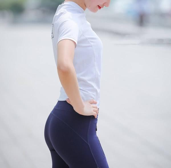清纯小姐姐紧身裤穿出肥硕臀线,柔美丰腴的臀部比脸还