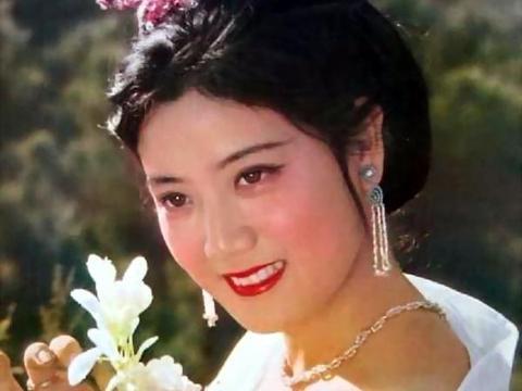 北影三朵花之一,刘晓庆给她当过配角,下海经商成富婆移居海外