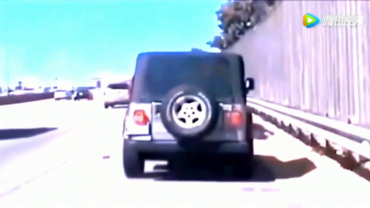 交警路边查车,却不知死神已经靠近,监控拍下可怕一幕?
