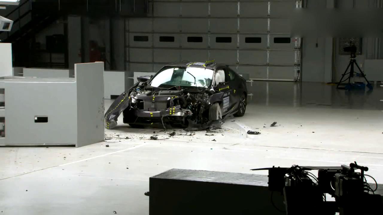本田思域两门版轿跑的小重叠碰撞测试