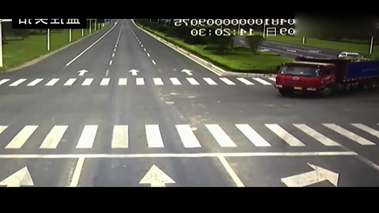 大货车转弯,白色SUV没做出任何避让竟惨遭碾压
