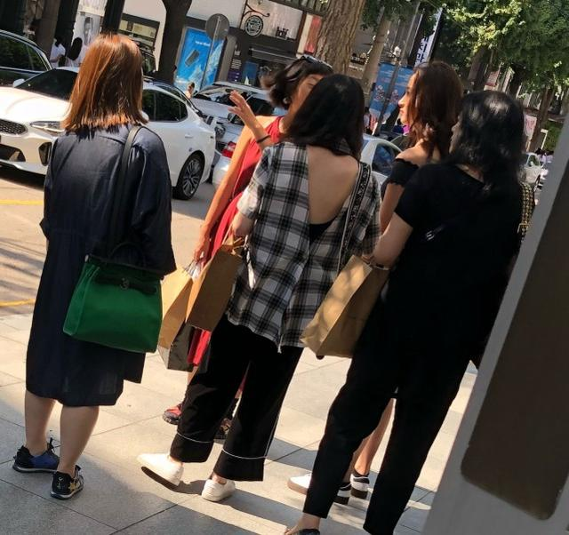 关晓彤首尔街头闲逛,穿热裤露大腿,腿长竟快到路人胸口
