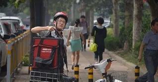 外卖小哥送餐,遭物业无情对待,网友:都是服务人员,应遵守规则