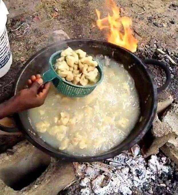 非洲人感谢中国工人的援助, 请他们吃饺子, 做好的成品你敢吃吗?图片