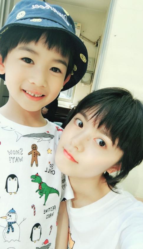 赵今麦拍戏,剧中弟弟马瑙探班,时隔2年姐弟俩都有了图片