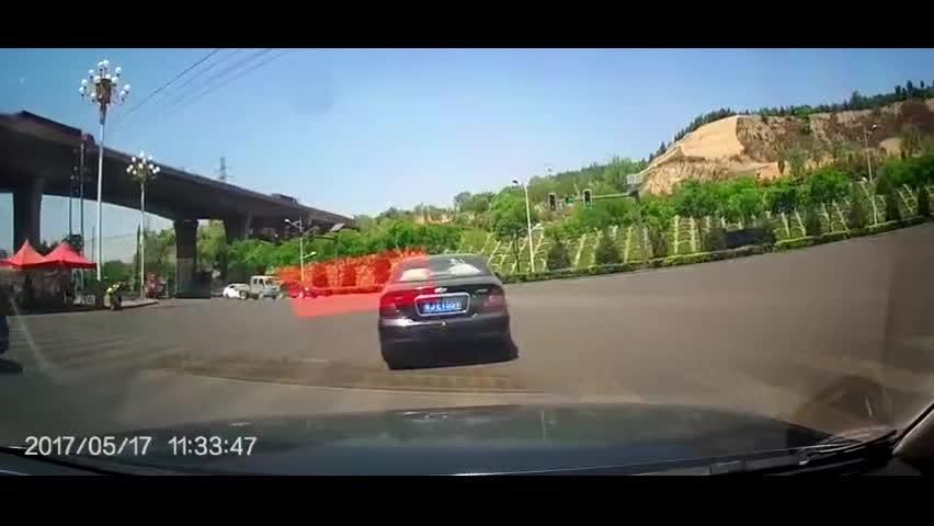 眼瞅着撞上货车了,俩司机默契打了把方向盘,避免一次车祸?