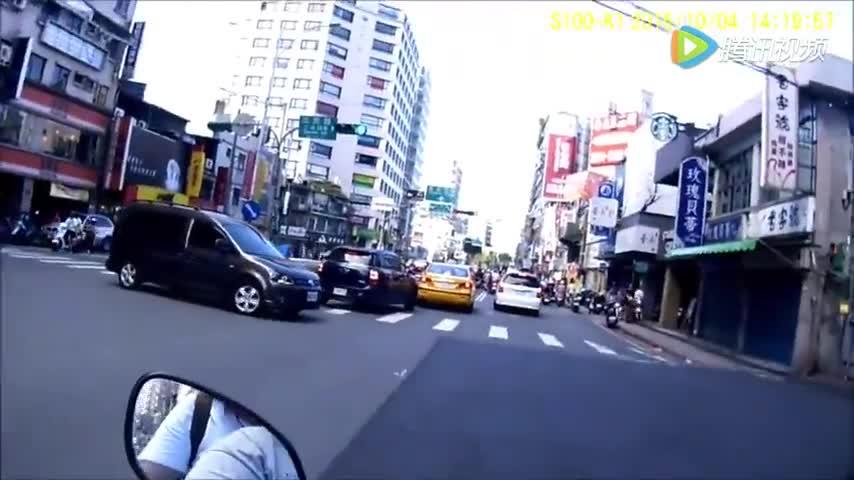 这位车主用车身护老人过马路,路人无不竖起大拇指!