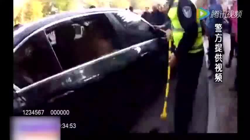 为了一名3岁男童,民警挥锤怒砸路边的宝马车