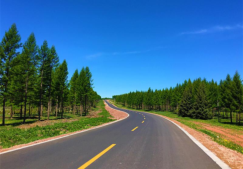 """盛夏时节国家""""一号风景大道""""沿途公路上的风光."""