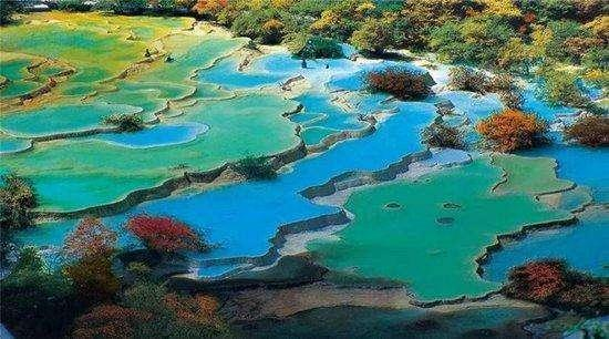 黄龙位于四川省阿坝藏族羌族自治州松潘县境内,是中国唯一保护完好的高原湿地,与九寨沟相距100千米,海拔1700~5588米,地貌特征是山雄峡峻。因沟中有许多彩池,随着周围景色变化和阳光照射角度变化变幻出五彩的颜色,被誉为人间瑶池。 黄龙以彩池、雪山、峡谷、森林四绝著称于世,再加上滩流、古寺、民俗称为七绝。景区由黄龙沟、丹云峡、牟尼沟、雪宝鼎、雪山梁、红星岩,西沟等景区组成,主景区黄龙沟位于岷山主峰雪宝顶下,面临涪江源流,似中国人心目中龙的形象,因而历来被喻为中华象征。