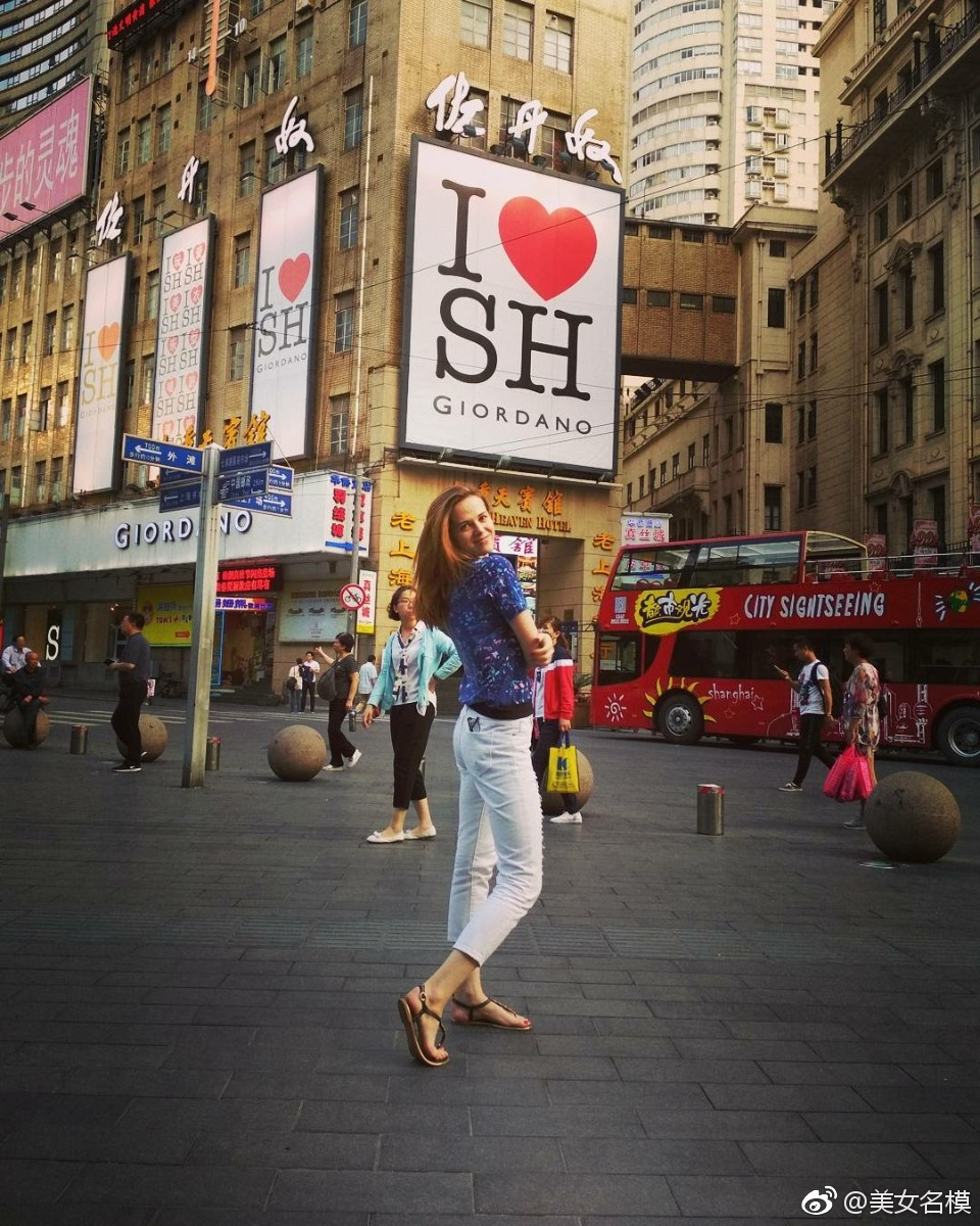 上海南京路,街拍美女让风景更靓丽!