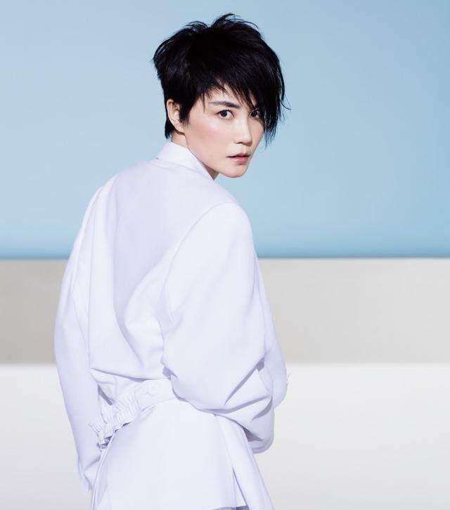很多网友看过俞飞鸿的短发照片后,纷纷表示和王菲的造型有些相似.图片