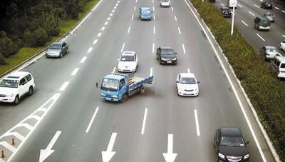 高速上碰到前车突然急刹车怎么办?老司机:学会这两点很重要!
