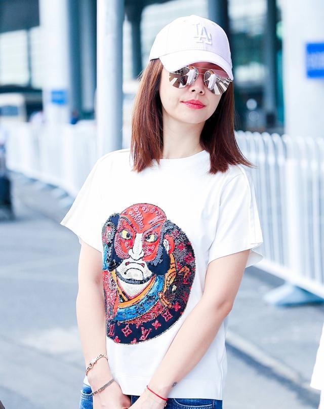 林心如9月2日机场照,破洞牛仔裤时髦大方,红唇性感撩人格外抢镜图片