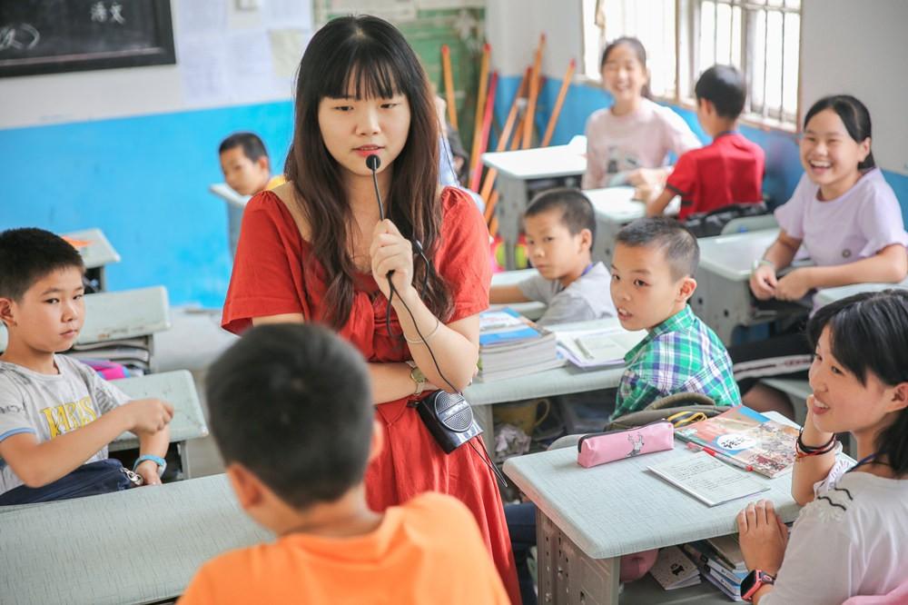 1998年的年轻教师,女生定向培养,20岁在初中对比各国公费乡村图片