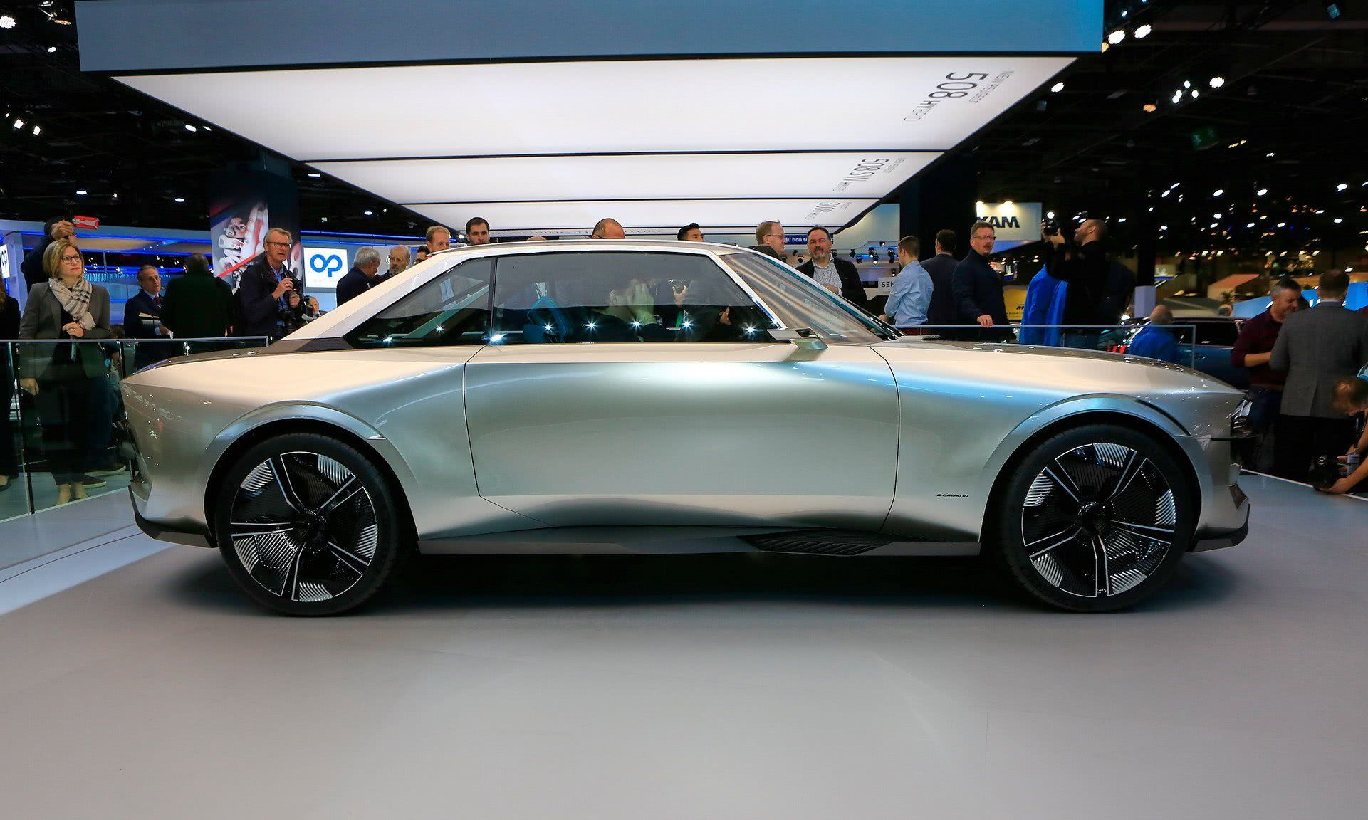 融合了复古、现代和未来的设计元素,这款标致估计是最潮老爷车