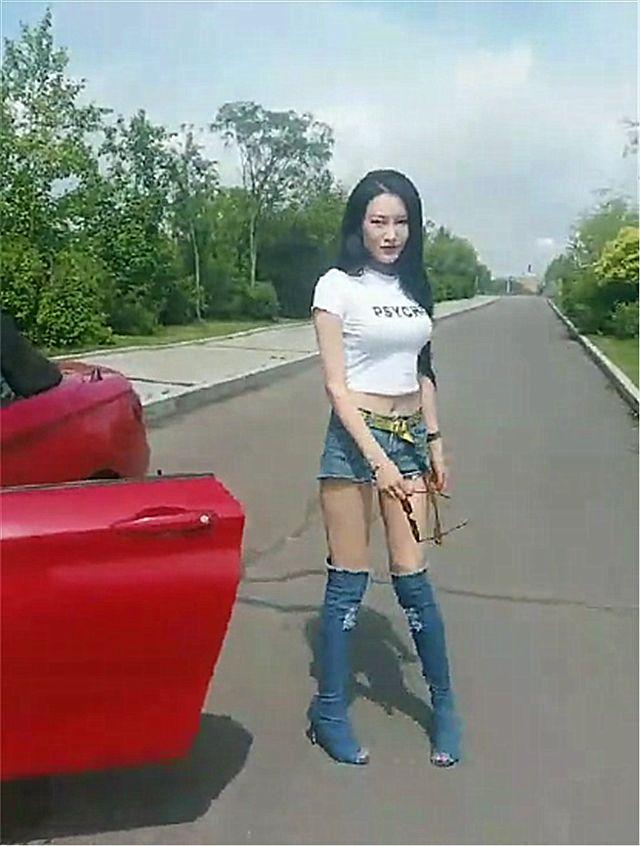 偶遇宝马跑车,看到车主打扮那一刻,网友直呼:不能欣赏,太个性