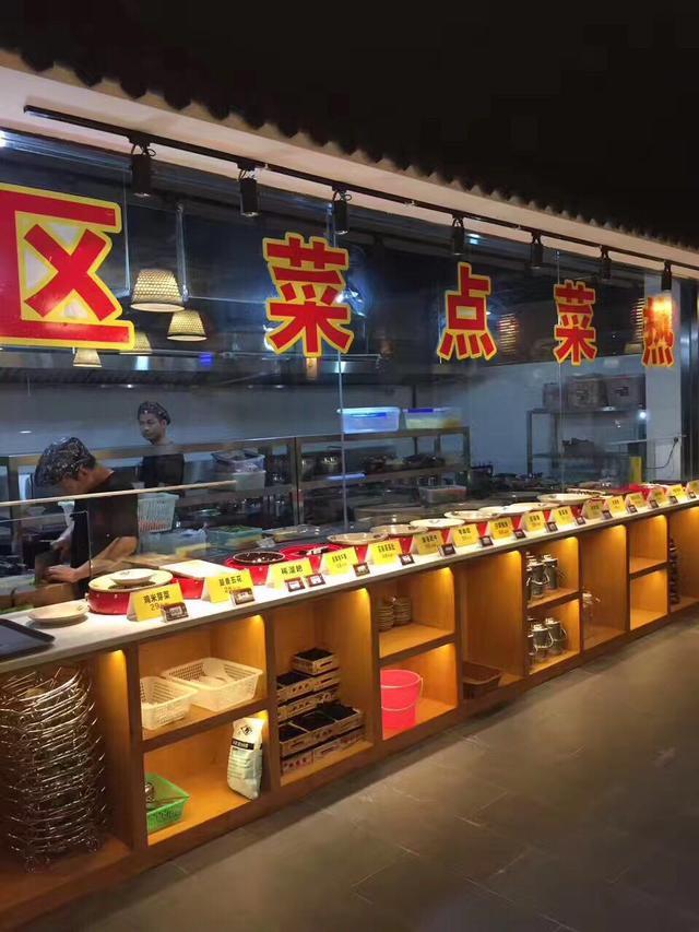 包括小吃摊,大排档,日本料理,海鲜自助餐,以及设有明档的中餐或西餐厅
