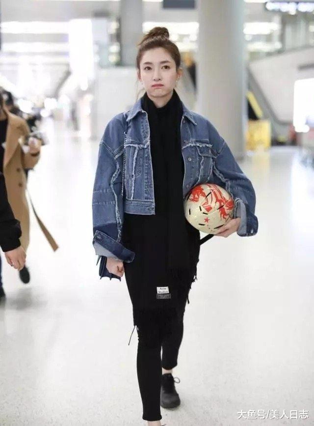 江疏影又扎丸子头, 搭配高腰牛仔衣, 堪比18岁少女样儿!图片