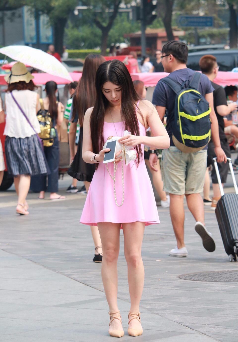 街拍: 粉色连衣裙搭配可爱手饰的美女带明星气质