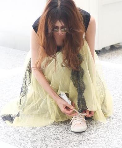 林志玲机场系鞋带周围人狂拍 网友: 和波多老师神似图片