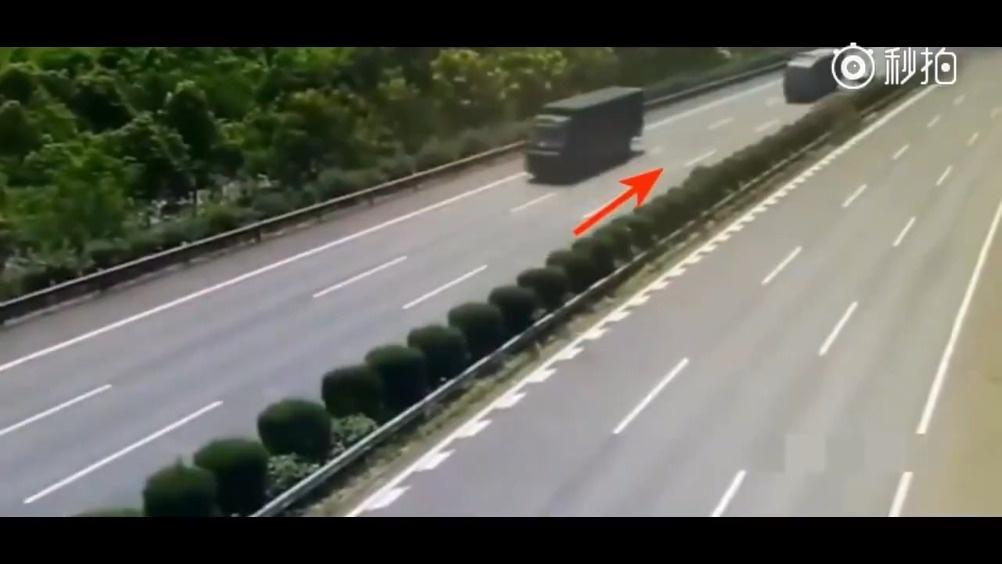 全球汽车 汽车 大货车拼死踩下刹车,只为救下小女孩,货司机说值了  ?