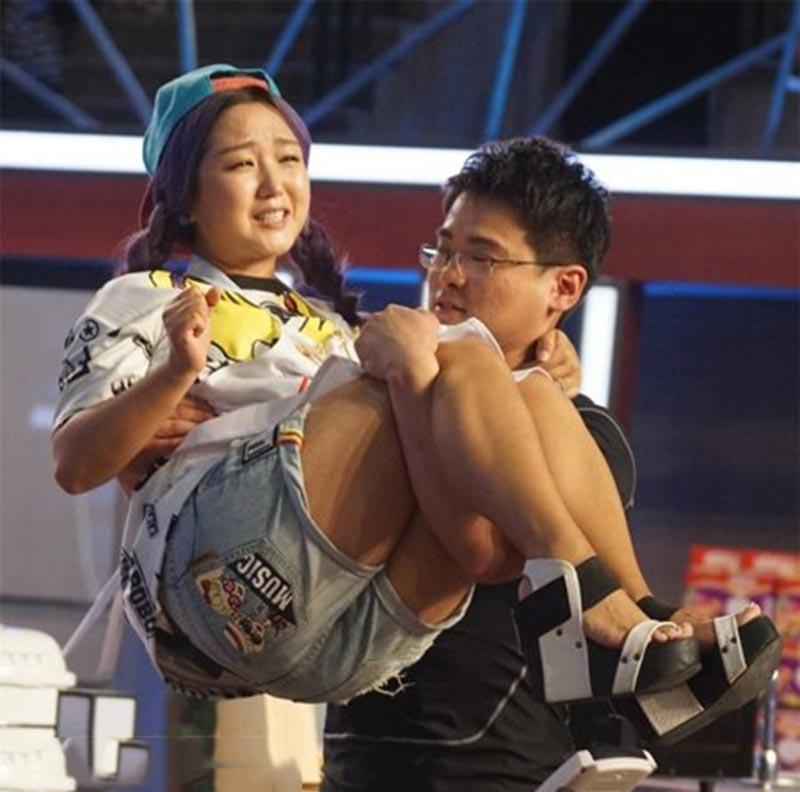 女星被突然公主抱尴尬瞬间, baby表情受惊, 刘涛险被摔图片