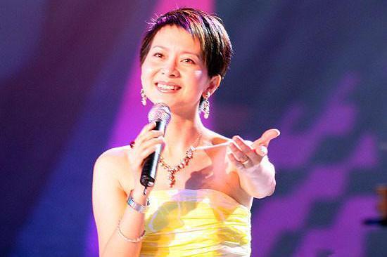 女歌手甘萍近照,48岁如少女,嫁曾身价最高国足,一家三口曝光