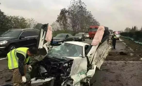 迈凯伦超跑在高速上被撞报废,车主:没事,这车才230万!
