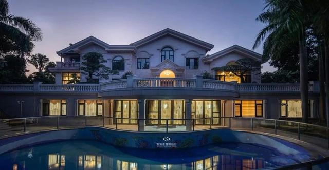 别墅外景 一楼客厅为典型的欧式奢华风格,大幅油画,大理石罗马柱