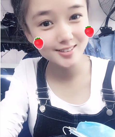 图中这样长相可爱清秀的女孩子就是来自于河南的某个农村的女孩,笑容
