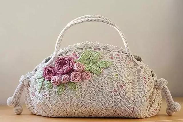 会钩编就是幸福,想要个包包,买根钩针和毛线,自己就能钩出来,要什么花式什么款式都可以,跟着潮流走 要时尚有时尚,还能按照自己的个性来设计,选择不同质地的毛线钩出不同的风格,无论包包的大小或者颜色与花样的搭配 都能走心的设计,你!还不快来学两手吗?只能说,手巧就是这么的任性!