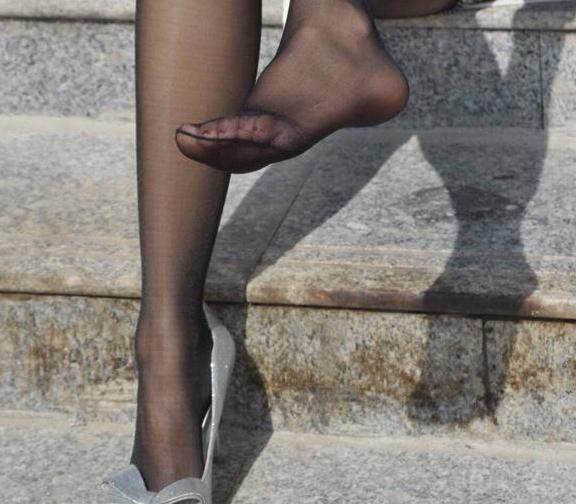尖头高跟鞋搭配超薄丝袜, 这样的打扮男同事见了都说美